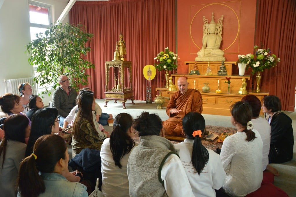 Ajahn Jayasaro with laity by Somkid 30-05-14 (46)